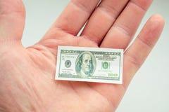 Χέρι που κρατά το μικρό τραπεζογραμμάτιο του αμερικανικού δολαρίου Στοκ φωτογραφίες με δικαίωμα ελεύθερης χρήσης