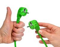 Χέρι που κρατά το πράσινο ηλεκτρικό βούλωμα Στοκ Φωτογραφίες