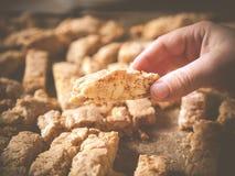 Χέρι που κρατά το σπιτικό biscotti αμυγδάλων Στοκ φωτογραφία με δικαίωμα ελεύθερης χρήσης