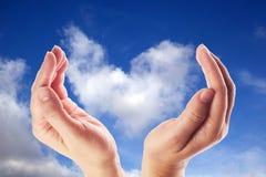 Χέρι που κρατά το σύννεφο για την παγκόσμιες διανομή στοιχείων έννοιας και την επικοινωνία στοκ φωτογραφίες