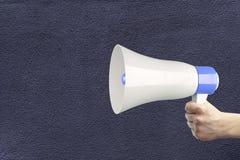 Χέρι που κρατά το δυνατό ομιλητή ελεύθερη απεικόνιση δικαιώματος