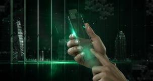 Χέρι που κρατά το φουτουριστικό κινητό τηλέφωνο στο ψηφιακά παραγμένο κλίμα