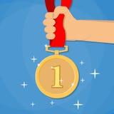 Χέρι που κρατά το χρυσό μετάλλιο ελεύθερη απεικόνιση δικαιώματος