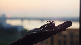 Χέρι που κρατά τρία κλειδιά μετάλλων, βιομηχανικό σκηνικό στοκ εικόνες