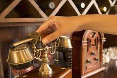 Χέρι που κρατά ψηλά ένα εκλεκτής ποιότητας μικροτηλέφωνο Στοκ Εικόνα