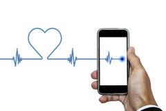 Χέρι που κρατούν το έξυπνο τηλέφωνο με το ρυθμό καρδιών ekg, και μορφή καρδιών, που απομονώνεται στο άσπρο υπόβαθρο Στοκ Εικόνες