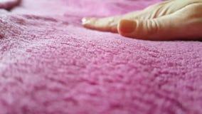 Χέρι που κτυπά το υλικό μαλλί απόθεμα βίντεο