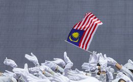 Χέρι που κυματίζει τη σημαία της Μαλαισίας γνωστή επίσης ως Jalur Gemilang Στοκ φωτογραφία με δικαίωμα ελεύθερης χρήσης