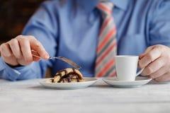 Χέρι που κόβει το σπιτικό κέικ κρέμας καραμέλας στο άσπρο πιάτο Στο wo Στοκ φωτογραφία με δικαίωμα ελεύθερης χρήσης