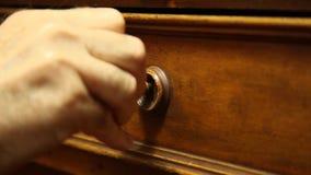 Χέρι που ξεκλειδώνει ένα παλαιό συρτάρι απόθεμα βίντεο