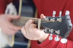 χέρι που παίζει το λαϊκό σχέδιο δράσης κιθάρων Στοκ εικόνες με δικαίωμα ελεύθερης χρήσης