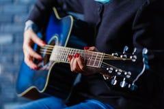 χέρι που παίζει το λαϊκό σχέδιο δράσης κιθάρων Στοκ εικόνα με δικαίωμα ελεύθερης χρήσης