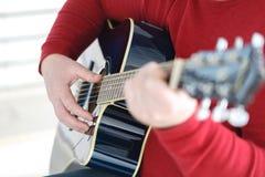 χέρι που παίζει το λαϊκό σχέδιο δράσης κιθάρων Στοκ φωτογραφία με δικαίωμα ελεύθερης χρήσης