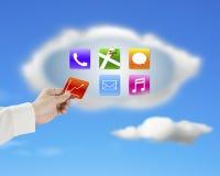Χέρι που παίρνει μαζί app το εικονίδιο από το σύννεφο με τον ουρανό φύσης Στοκ φωτογραφία με δικαίωμα ελεύθερης χρήσης