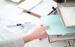 Χέρι που παίρνει τα έγγραφα Στοκ εικόνες με δικαίωμα ελεύθερης χρήσης