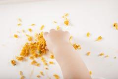 Χέρι που παίρνει το κίτρινο ρύζι Στοκ Εικόνες