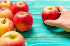 Χέρι που παίρνει το υπόβαθρο της Apple/χέρι που παίρνει τη Apple Στοκ φωτογραφία με δικαίωμα ελεύθερης χρήσης