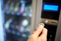 Χέρι που παρεμβάλλει το ευρο- νόμισμα στην αυλάκωση μηχανών πώλησης Στοκ φωτογραφία με δικαίωμα ελεύθερης χρήσης
