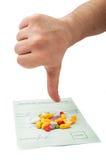 Χέρι που παρουσιάζει αντίχειρες κάτω επάνω από μια ιατρική συνταγή Στοκ Φωτογραφίες