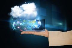 Χέρι που παρουσιάζει τα εικονίδια σύννεφων και app με το lap-top Στοκ Φωτογραφία