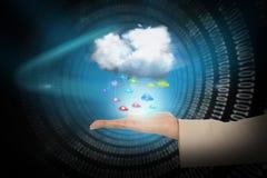 Χέρι που παρουσιάζει τα εικονίδια σύννεφων και app Στοκ Εικόνες