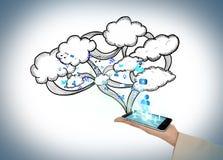 Χέρι που παρουσιάζει το smartphone με τα σύννεφα και apps Στοκ φωτογραφία με δικαίωμα ελεύθερης χρήσης