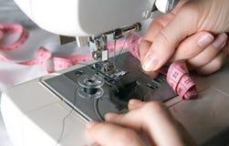 Χέρι που περνά κλωστή στη βελόνα στο ράψιμο της βελόνας Στοκ φωτογραφίες με δικαίωμα ελεύθερης χρήσης