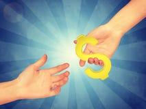 Χέρι που περνά το χρυσό δολάριο στοκ εικόνα με δικαίωμα ελεύθερης χρήσης