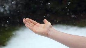 Χέρι που πιάνει το χιόνι σε σε αργή κίνηση απόθεμα βίντεο