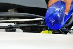 Χέρι που προσθέτει τον αυτόματο καθαριστή γυαλιού για το αυτοκίνητο Στοκ Εικόνα