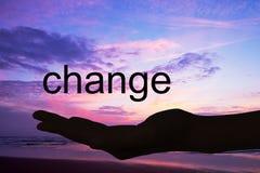 Χέρι που προσφέρει την αλλαγή λέξης, υπόβαθρο ηλιοβασιλέματος στοκ φωτογραφίες