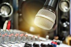 Χέρι που ρυθμίζει τον ακουστικό αναμίκτη Το μικρόφωνο είναι η εστίαση στοκ εικόνες