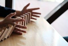 χέρι που σταματά την επίδραση συνεχούς ντόμινο που ανατρέπεται busineeman δημόσιες σχέσεις Στοκ φωτογραφίες με δικαίωμα ελεύθερης χρήσης