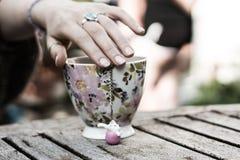 Χέρι που στηρίζεται σε μια κούπα στοκ φωτογραφία με δικαίωμα ελεύθερης χρήσης