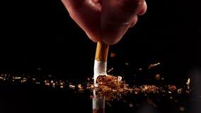 Χέρι που συμπιέζει ένα τσιγάρο φιλμ μικρού μήκους