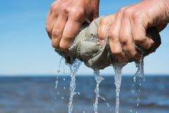 Χέρι που συμπιέζει το ύφασμα Στοκ Φωτογραφία