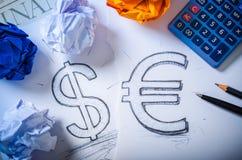 Χέρι που σύρει ένα σημάδι δολαρίων και το ευρο- σημάδι Στοκ εικόνα με δικαίωμα ελεύθερης χρήσης