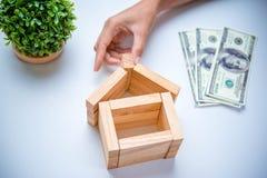Χέρι που τακτοποιεί τον ξύλινο φραγμό ως σπίτι Στοκ φωτογραφία με δικαίωμα ελεύθερης χρήσης