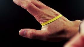 Χέρι που τραβά μια ελαστική ζώνη φιλμ μικρού μήκους