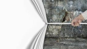Χέρι που τραβά τις ανοικτές κενές καλυμμένες κουρτίνα παλαιές σπασμένες καταστροφές τοίχων Στοκ Φωτογραφία