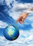 Χέρι που φθάνει στο πλανήτη Γη Στοκ εικόνες με δικαίωμα ελεύθερης χρήσης