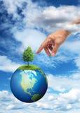 Χέρι που φθάνει στο πλανήτη Γη Στοκ εικόνα με δικαίωμα ελεύθερης χρήσης