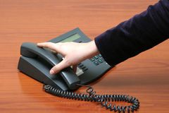 χέρι που φθάνει στο τηλέφω&nu Στοκ Εικόνα