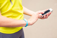 Χέρι που φορά ακολουθώντας armband ικανότητας Στοκ φωτογραφία με δικαίωμα ελεύθερης χρήσης