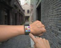 Χέρι που φορά την εξαιρετικά λεπτή καμμμένη διεπαφή smartwatch με τα apps Στοκ φωτογραφία με δικαίωμα ελεύθερης χρήσης
