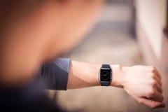 Χέρι που φορά το κομψό smartwatch στοκ εικόνες