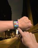 Χέρι που φορά το ultra-thin έξυπνο ρολόι κυρτός-οθόνης με τα apps Στοκ Φωτογραφία