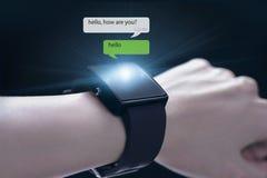 Χέρι που φορά smartwatch Στοκ Φωτογραφία