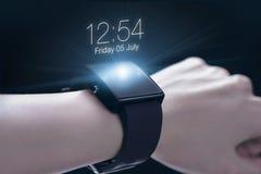 Χέρι που φορά smartwatch Στοκ φωτογραφία με δικαίωμα ελεύθερης χρήσης