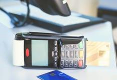 Χέρι που χρησιμοποιεί μια τελική μηχανή πιστωτικών καρτών για την πληρωμή στη τραπεζαρία και την υπεραγορά, υπολογισμός στο διαδί Στοκ Φωτογραφίες